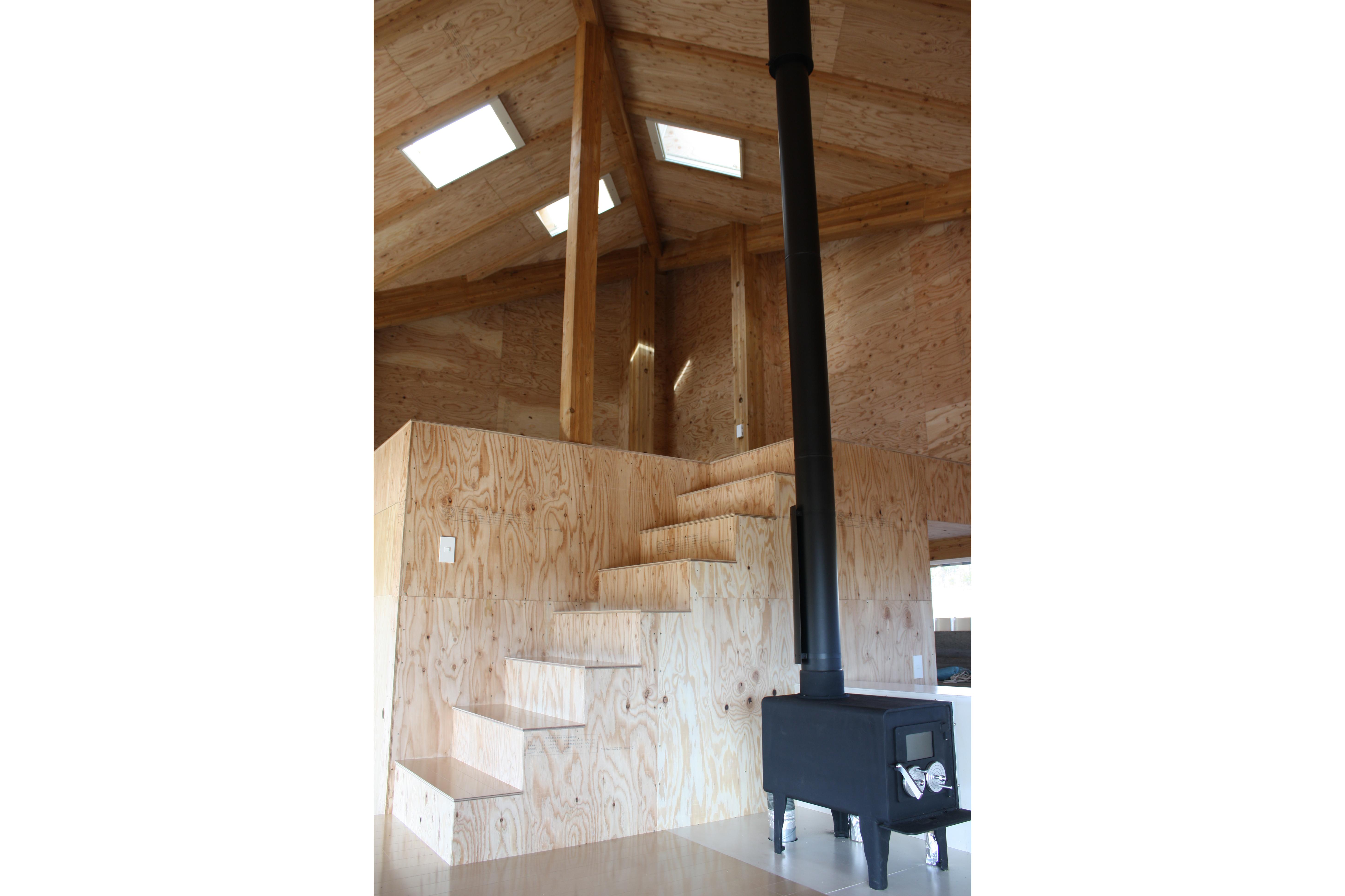 HH_interior_loft_woodstove_a_puyol